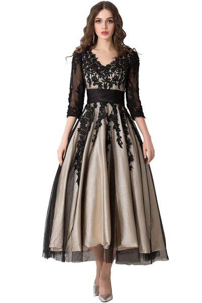 svart halvtransparent klänning med trekvartärmar och golvlång klänning med V-ringning i spets