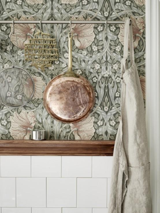 Moody Floral Scandinavian Kitchen Design med koppartillbehör.
