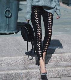 grå stickad tröja med svarta skinny jeans med snören