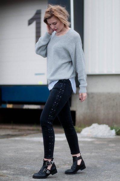 grå, ribbad, grovstickad tröja med svarta skinny jeans med snören