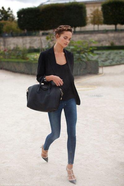 svart kavaj med smala gråblå jeans och spetsiga klackar