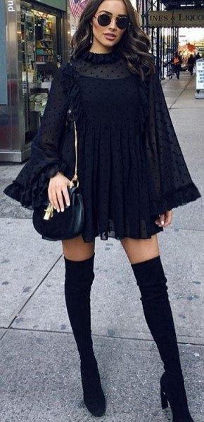 Mini-skiftklänning med klockärmar och mock-hals och svart läderväska