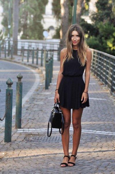 ärmlös miniklänning med svart passform och flare, klackar med öppen tå och läderhandväska