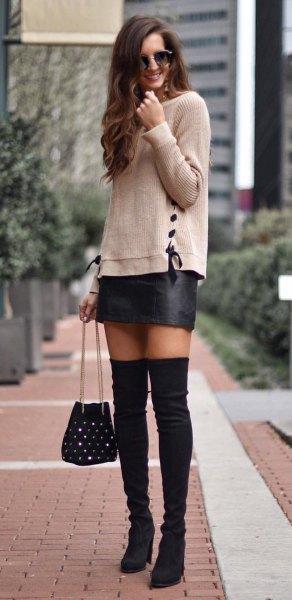 grå stickad tröja med minikjol i svart läder