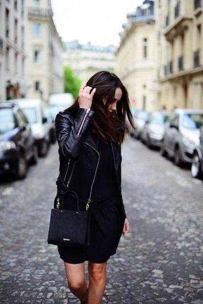 svart skinnjacka med mini shift-klänning och plånbok