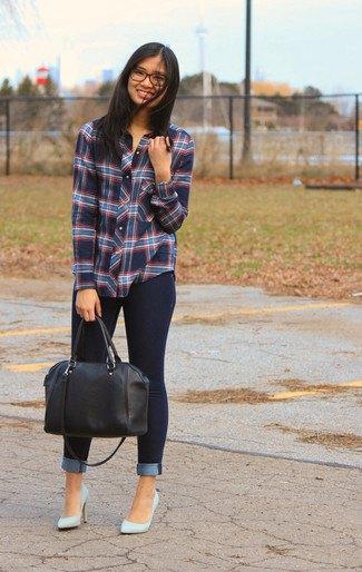 grå rutig skjorta med ljusrosa klackar och svart läderhandväska
