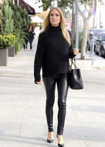 svart tröja med stand-up krage och läder gamacher