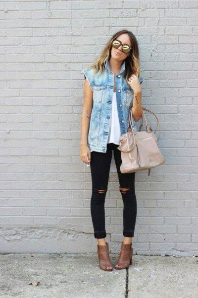 Överdimensionerad blå denimväst med rippade svarta skinny jeans