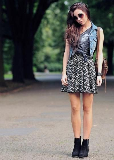 blå denimväst med grå tryckt T-shirt och prickig kjol
