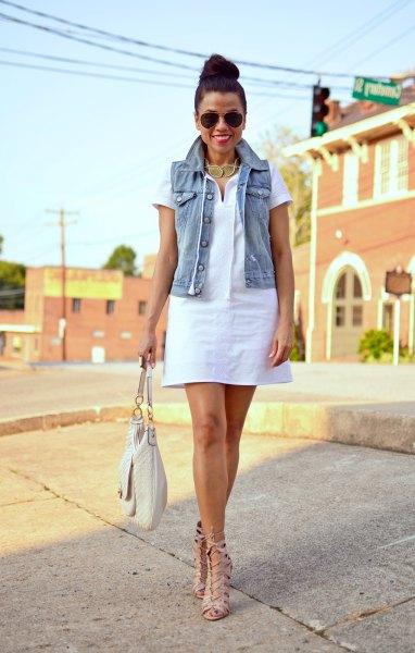 vit poloklänning med denimväst