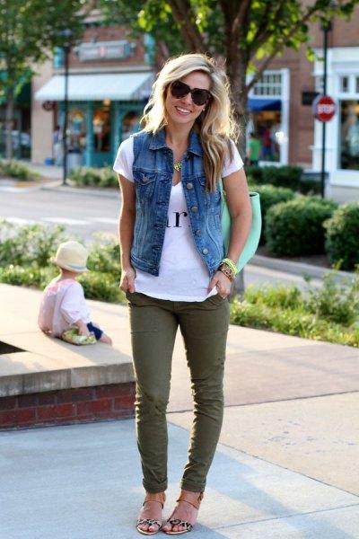 blå denim motorcykelväst med tryckt t-shirt och grå jeans