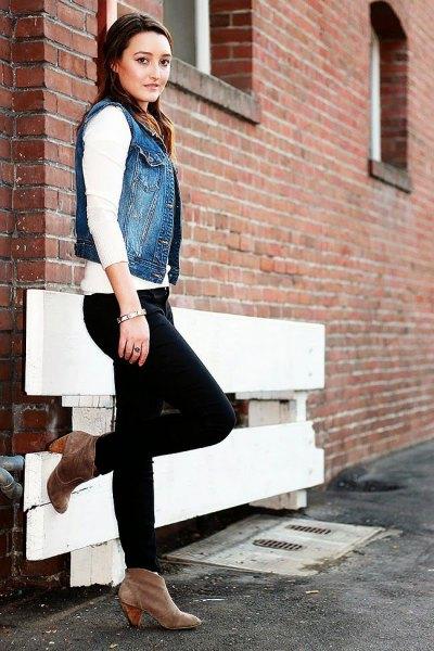 blå denim motorcykelväst med vit tröja och svarta jeans