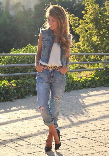 vit linne med blå bundna pojkvän jeans