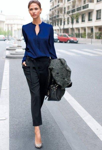 Mörkblå nyckelhålsblus med svarta, beskurna jeans med raka ben