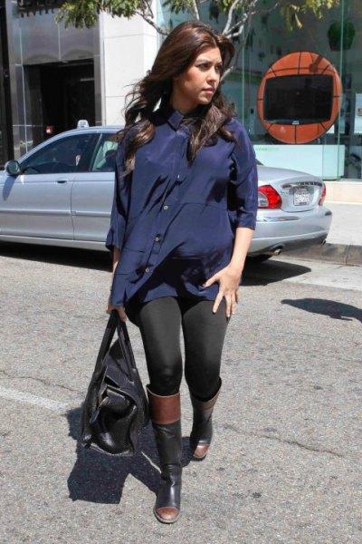 Tunik marinblus med svarta leggings och knähöga stövlar