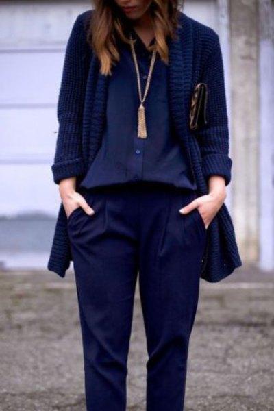 Marinblus med blazer och långt halsband i boho-stil