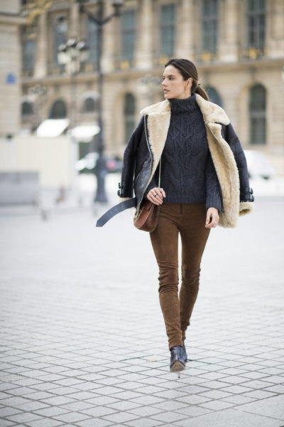Mocka byxor grov stickad tröja svart läderjacka