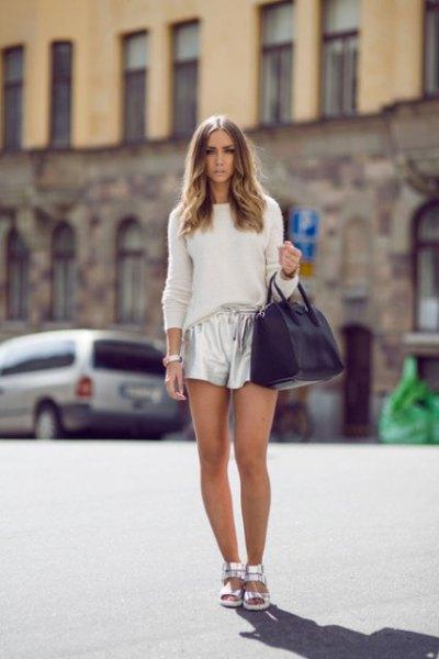 vit, skräddarsydd stickad tröja med silver metallic shorts