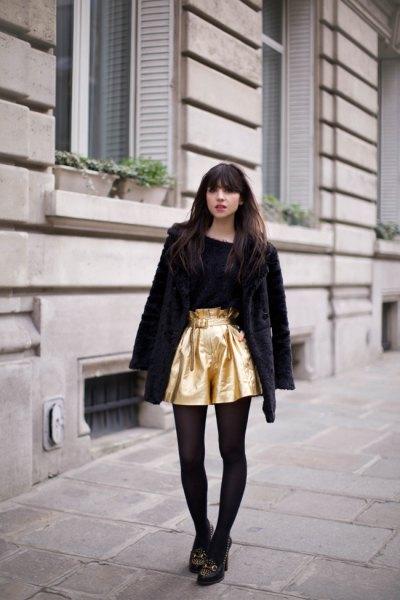 gyllene flytande shorts med en svart nallerock