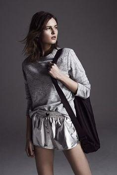 grå sweatshirt med silver, metalliska flytande shorts