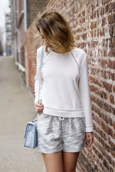 vit tröja med flytande silver metallic shorts