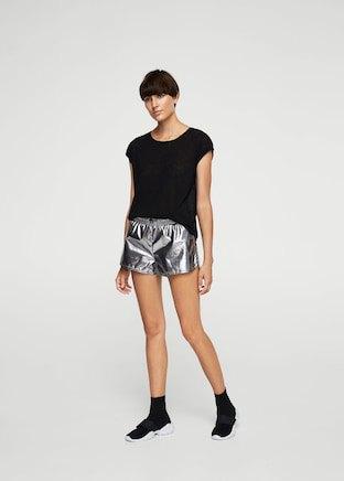 svart t-shirt med silvershorts och sneakers