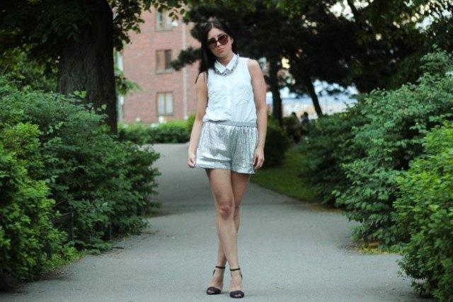 vit ärmlös skjorta med metalliska minishorts i silver