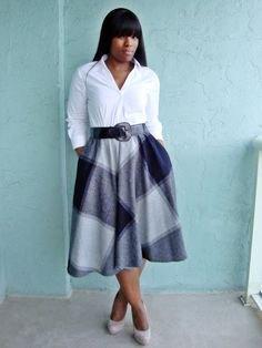 vit skjorta med knappar och grå, rutig midikjol med fickor