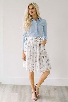 ljusblå skjorta med vit veckad kjol i chiffong med blommönster och fickor