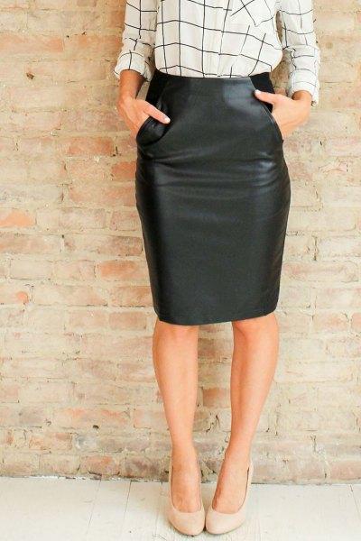vit och svart rutig, smal skjorta med knälång läder kjol och ficka