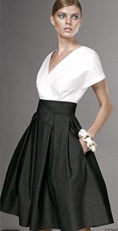 vit wrap-blus med V-ringning och svart midikjol med hög midja och fickor