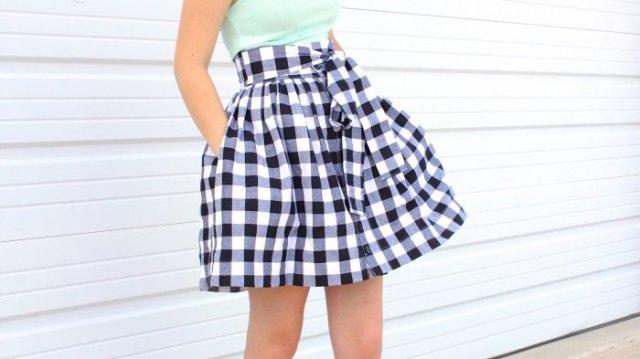 monterad halterneck topp med svartvitt rutig minirater kjol