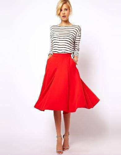 svartvit randig långärmad T-shirt med röd midikjol