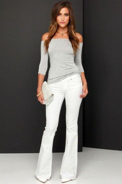 grå axelbandslös topp med vita, utsvängda jeans