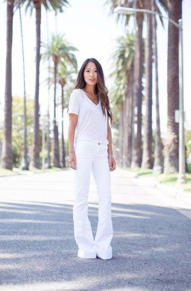 vit t-shirt med V-ringning och vita jeans med klockbotten