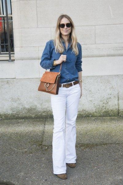 blå chambray-skjorta med knappar och vita jeans med klockbotten