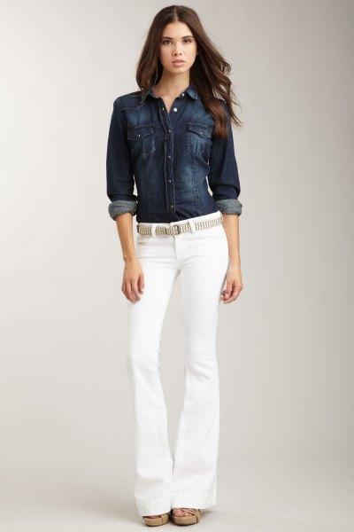 Mörkblå jeansskjorta med knappstängning och vita jeans med bälte
