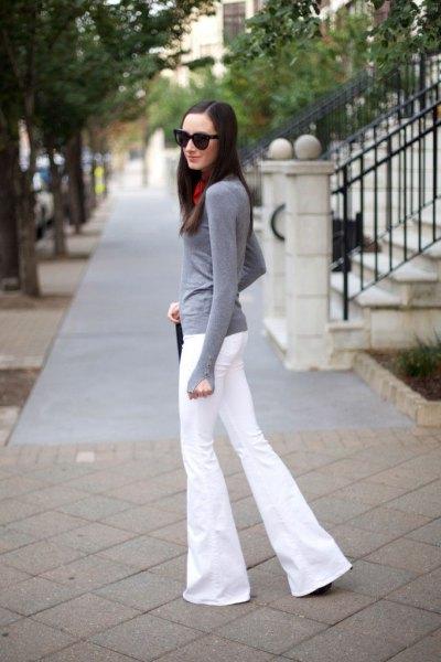 grå, långärmad t-shirt med vita, utsvängda jeans