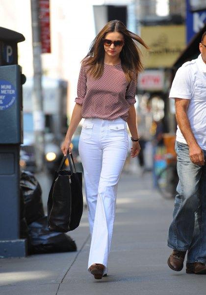grå rutig blus med vita utsvängda jeans