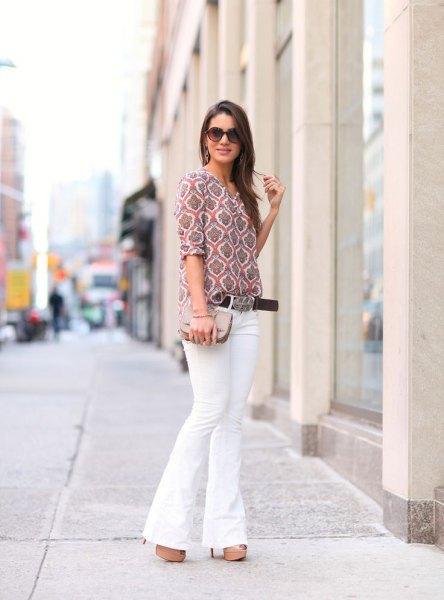 grå tryckt blus med halva ärmar och vita jeans med klockbotten