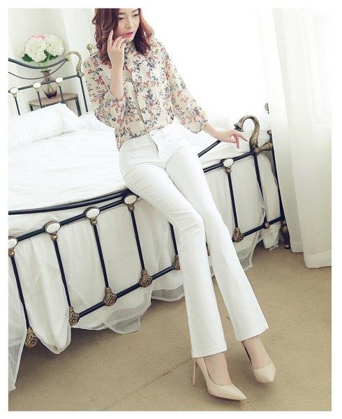 rodnad rosa tryckt skjorta med knappar upp med vita jeans