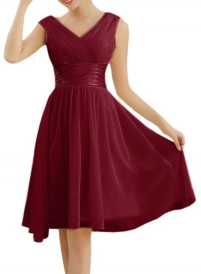 röd cocktailklänning med V-ringning och fläckad sammet