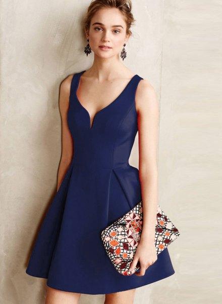Mörkblå miniklänning med V-ringning och flare med koppling med blommönster