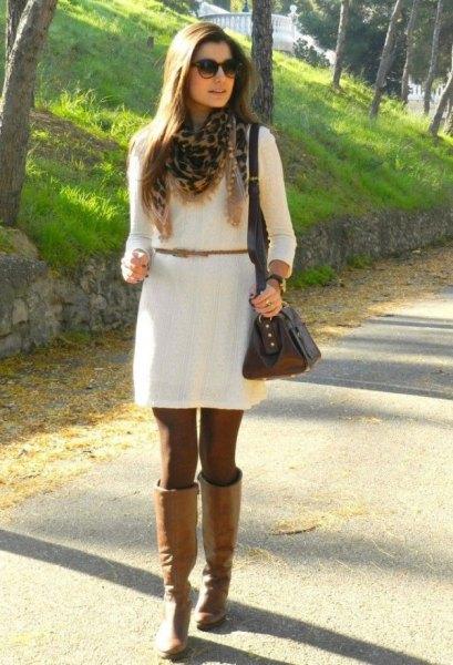 vit klänning med bälte och knälånga kamel läderstövlar