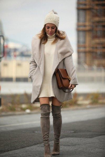 vit turtleneck-klänning med grå ullrock