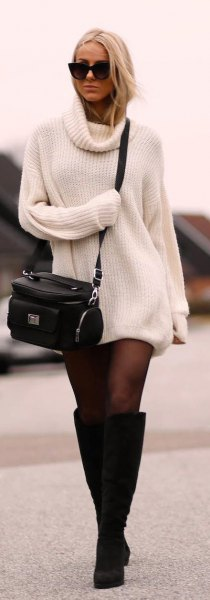 ribbad vit tröja klänning med svarta strumpor och knä höga stövlar