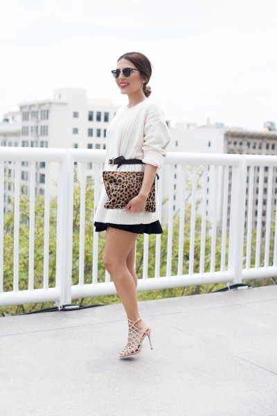 vit överdimensionerad tröja med bälte och minirater kjol