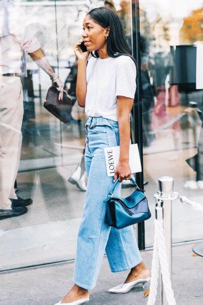 vit t-shirt med ljusblå höghus med breda ben