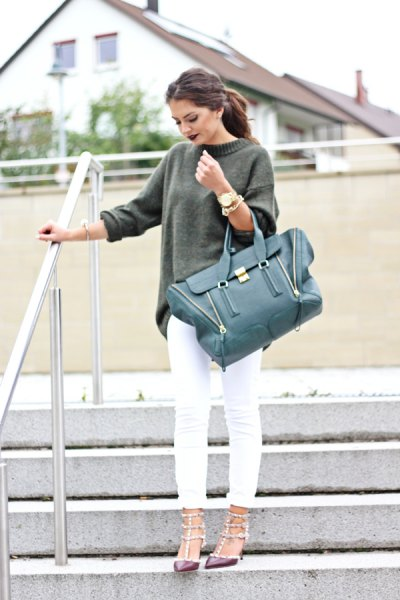 grå, tjock tröja med vita skinny jeans
