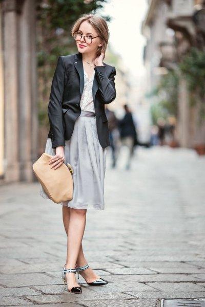 svart läderblazer med grå midikjol